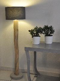 lampadaire en bois flott et abat jour gris boutique. Black Bedroom Furniture Sets. Home Design Ideas